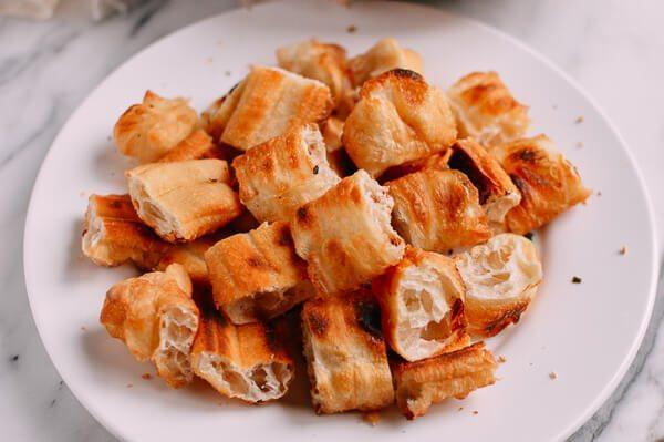油条牛柳,<a style='color:red;display:inline-block;' href='/shicai/ 580'>油条</a>切成两寸,放烤箱烤到稍微酥脆。