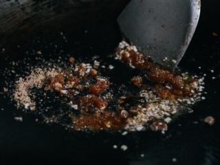 油条牛柳,改小火,一勺油,一勺红糖。