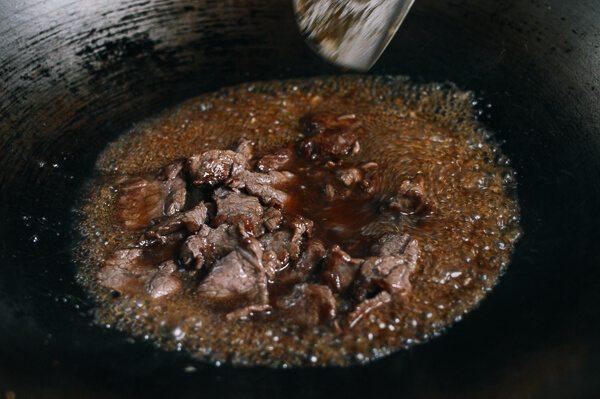 油条牛柳,2 - 3分钟后,加入水、<a style='color:red;display:inline-block;' href='/shicai/ 692'>酱油</a>和醋。将汤汁煮沸,然后加牛肉。