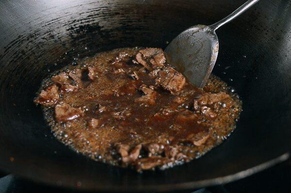油条牛柳,当牛肉和酱汁煮沸时,慢慢加入玉米淀粉和水混合物。