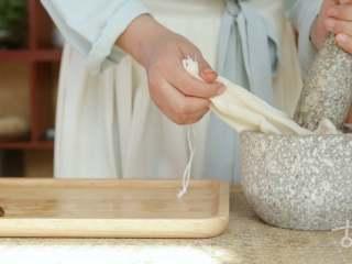 【枇杷糖】当枇杷遇上麦芽糖,夏天只剩清凉,捣为枇杷汁;