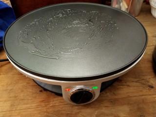 火腿西多士,把(小白)煎饼锅预热,并且刷上一层油。