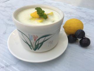 芒果奶冻,摆入蒸好的碗中