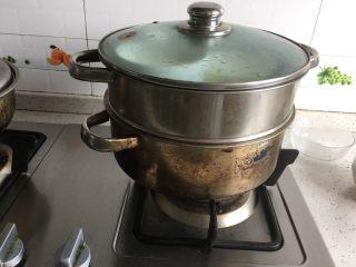 芒果奶冻,放入锅中,冷水上锅,蒸15分钟左右