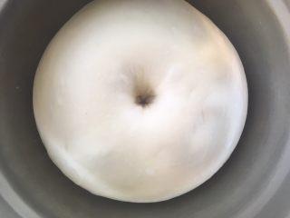 红豆包,发酵好的面团,手指沾干粉按下去,有个圆圆的洞,有轻微回弹即可
