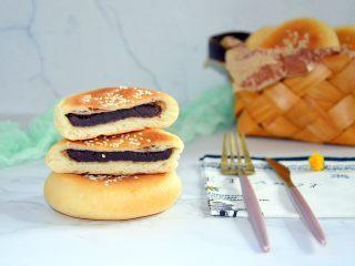 红豆包,一起入烤箱烤20分钟,出炉拿掉表层烤盘,凉透即可食用