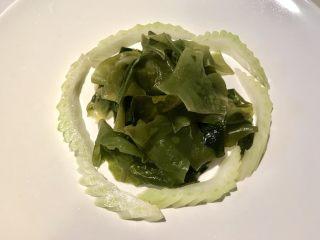 初夏,将泡好的海木耳置于白盘中,用切好的西芹围起来。