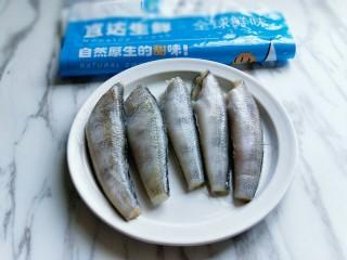 #做妈妈的拿手菜#红烧冰鱼段,将南极冰鱼段从包装取出,放在室温自然化冻。