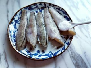 #做妈妈的拿手菜#红烧冰鱼段,加入盐,盐的量根据个人口味放。