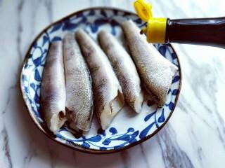 #做妈妈的拿手菜#红烧冰鱼段,滴入生抽,再次按摩鱼身,使冰鱼段均匀吸收了调味料。