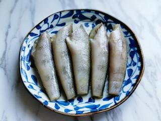 #做妈妈的拿手菜#红烧冰鱼段,腌制30分钟。(现在天气比较热,可以封上保鲜膜,放入冰箱冷藏腌制)