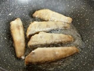 #做妈妈的拿手菜#红烧冰鱼段,中小火煎鱼,煎至两面金黄夹出备用。