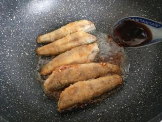 #做妈妈的拿手菜#红烧冰鱼段,再加入蚝油。
