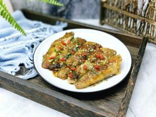 #做妈妈的拿手菜#红烧冰鱼段,盛出装盘,撒上葱花,熟白芝麻。撒上一些泡好的枸杞点缀。(如果喜欢吃辣的可以选用红辣椒)