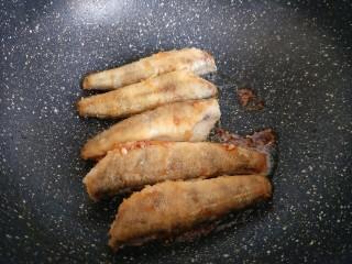 #做妈妈的拿手菜#红烧冰鱼段,另起油锅,锅中加入少许食用油,再加入冰糖,小火将冰糖融化至褐色,这时立即将煎好的鱼段放入锅中,挂糖色。