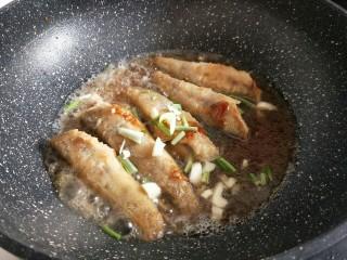 #做妈妈的拿手菜#红烧冰鱼段,加入纯净水,没过南极冰鱼段为宜,再加入切好的葱姜蒜,盖上盖子将鱼段炖熟,最后收汤即可。(约8分钟样子)