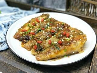 #做妈妈的拿手菜#红烧冰鱼段,肉质细腻,有弹性。就一根大鱼刺,吃起来特别方便。
