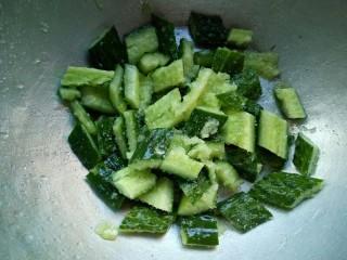 爽口脆黄瓜,盛入一个大碗里,撒上适量的白糖和盐,腌制10分钟。