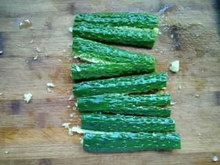 爽口脆黄瓜,用刀拍扁,不要拍的太碎。