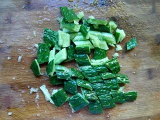 爽口脆黄瓜,切成块。