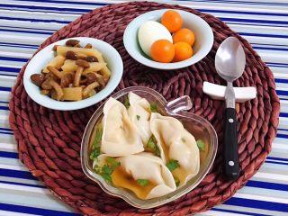 圆葱鲜肉馄饨,搭配炒菜、鸡蛋、水果营养丰富