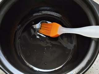 腊味煲仔饭,砂锅放入少量食用油,刷匀底部。