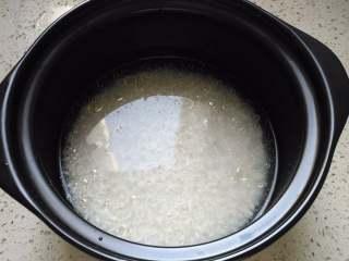 腊味煲仔饭,米淘洗干净,放入适量清水倒进砂锅,浸泡30分钟到1小时,让大米充分吸收水分。因为米的吸水量是不一样的,所以水的用量,要根据自己的大米的量和品种调节。另外淘米的水千万别扔掉啊,后面用来洗菜。