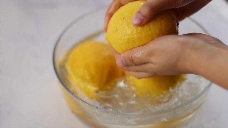 柠檬蜜&柠檬冰红茶,然后用手搓洗表面,搓洗一遍后,用清水再洗一遍,洗好的柠檬用手搓表面,会发出声音的哦