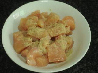 鸡米花,撒上白胡椒粉调味