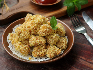 鸡米花,直到几块浮在油面上,颜色金黄时捞出,放在吸油纸上沥干油分,配上番茄酱或者自己喜欢的蘸料食用即可