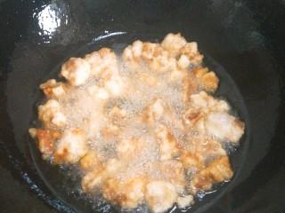 东北熘肉段,再将油烧热,把肉段再炸一次