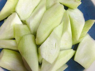 炒丝瓜,滚刀切,切得大小均匀一些
