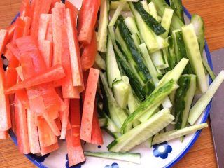 辣炒手搓土豆面鱼,胡萝卜,黄瓜洗净切条状