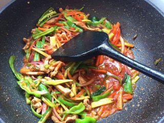 辣炒手搓土豆面鱼,放入辣子和洋葱翻炒均匀,加入少许生抽,盐翻炒均匀