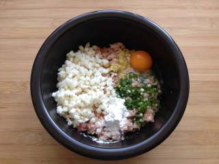 酿青椒,肉末中放入荸荠粒、2g盐、1个鸡蛋、5g姜末、5g葱花、4g生抽、2g糖、5g玉米淀粉、胡椒粉、鸡精