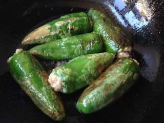 酿青椒,依次全部做好后放进油锅中炸成虎皮状捞出