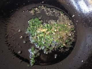 酿青椒,锅中留少许底油,放入剩下的葱花、姜末,中小火爆香