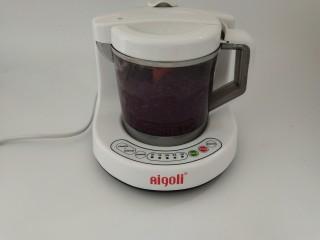 山药紫薯糕,把紫薯放入辅食机中,蒸15分钟并搅拌成泥,山药也用同样的方法蒸好。