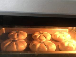 豆沙花朵面包,送进提前预热好的烤箱中层上下火185度22分钟