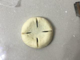 豆沙花朵面包,先分成四份割口