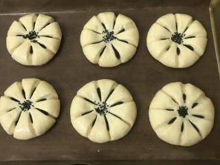 豆沙花朵面包,中间撒上黑芝麻装饰