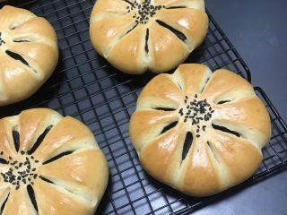 豆沙花朵面包,稍晾移至晾网上凉至手温密封保存