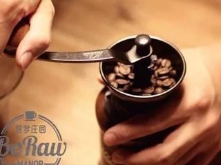 原创 |鲜咖啡拿铁牛奶冰棍,烧水的同时研磨好40克新鲜烘焙的咖啡粉。