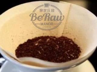 原创 |鲜咖啡拿铁牛奶冰棍,研磨好的咖啡粉倒入滤纸。