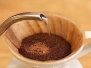 原创 |鲜咖啡拿铁牛奶冰棍,注入90℃大约50ML热水进行闷蒸,缓缓将热水从咖啡粉中心注入,当咖啡粉全部浸润且分享壶开始有咖啡液滴落时停止注水。闷蒸25—30秒,此时咖啡粉向上膨胀并有二氧化碳气体排出,咖啡吸水后继续均匀萃取。