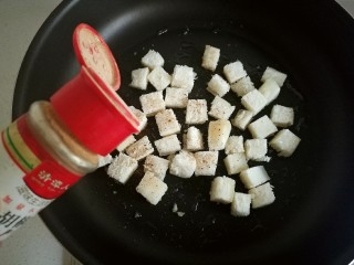 快手馒头伪披萨,再洒些黑胡椒粉。