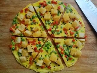 快手馒头伪披萨,切成自己喜欢的块状,热乎的时候是酥酥的馒头,软软的鸡蛋底,一口吃下去还能吃到芦芛和青豆,好吃极了。