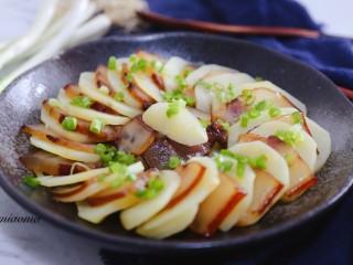 腊肉蒸土豆,撒上香葱开吃吧!