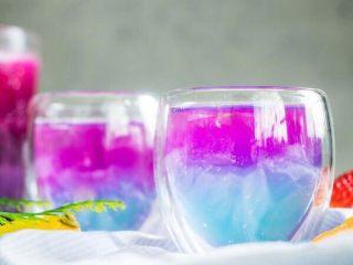 火龙果气泡饮料 ,如果喜欢淡一点的色彩,火龙果汁调稀一点即可~