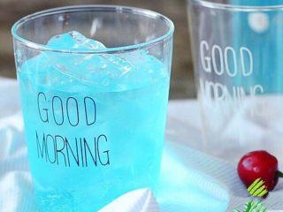 火龙果气泡饮料 ,气泡酒倒入玻璃杯里